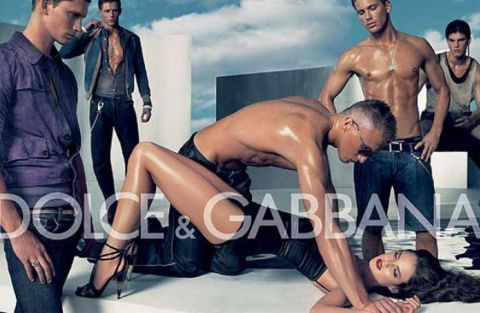 Una nota pubblicità di Dolce & Gabbana ritrae una donna circondata da un gruppo di uomini, che sembrano in procinto di stuprarla.