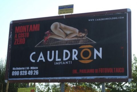 """Una donna nuda e la scritta """"Montami a costo zero"""": questo il messaggio pubblicitario cui si affida la promozione degli impianti fotovoltaici Cauldron."""