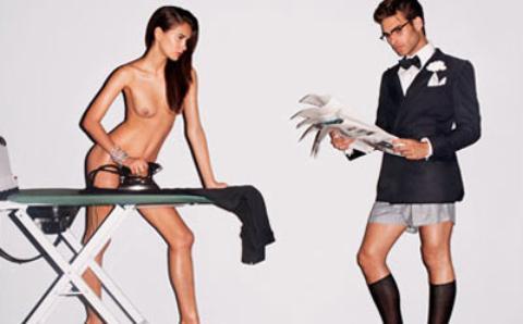 Tom Ford unisce, in una sola pubblicità, due svilenti stereotipi femminili: la donna/serva e la donna/oggetto sessuale.