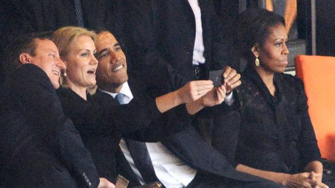 Obama e il selfie al funerale di Mandela